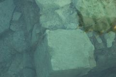 Старая стена с окном при разрушенный занавес Предпосылка, текстура стоковые изображения rf
