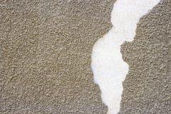Старая стена с поврежденным слоем гипсолита Серая стена миномета кирпича с грубой затрапезной текстурой слоя штукатурки Концепция Стоковая Фотография RF