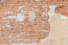Старая стена шелушения красного кирпича предпосылка старая Стоковое фото RF