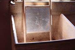 Старая стиральная доска для Laundering одежд стоковая фотография rf