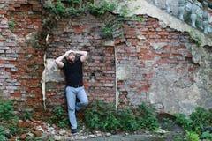 Старая стойка человека кирпичной стены Стоковое Фото
