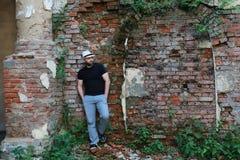 Старая стойка человека кирпичной стены Стоковые Изображения RF