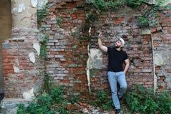 Старая стойка человека кирпичной стены Стоковое Изображение
