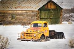 Старая сцена ранчо грузового пикапа в зиме Стоковая Фотография RF