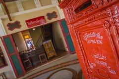Старая тайская коробка столба с предпосылкой почтового отделения Tahi Стоковое Изображение RF