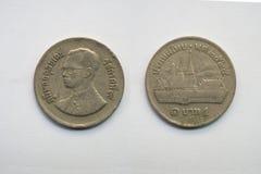 Старая тайская монетка на белой предпосылке Стоковое фото RF