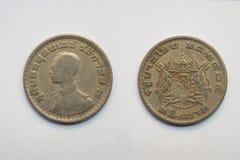 Старая тайская монетка на белой предпосылке Стоковое Изображение