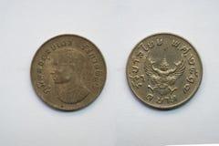 Старая тайская монетка на белой предпосылке Стоковые Фото