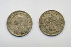 Старая тайская монетка на белой предпосылке Стоковые Изображения RF