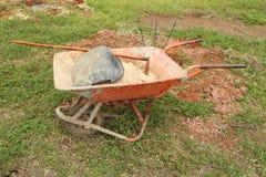 Старая тачка с песком и оборудованием Стоковые Фотографии RF