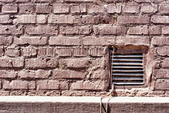 Старая текстурированная кирпичная стена шелушения Стоковые Изображения