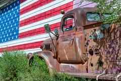 Старая тележка и американский флаг, символ трассы 66 США стоковые фото