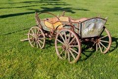 Старая тележка на лужайке Стоковые Фотографии RF