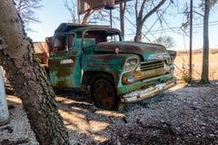 Старая тележка Chevy расположенная на старой мельнице Кроуфорда в Walburg Техасе Стоковое Изображение