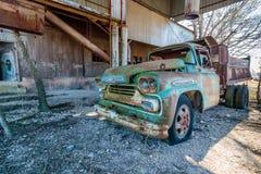 Старая тележка Chevy расположенная на старой мельнице Кроуфорда в Walburg Техасе Стоковое Фото