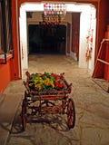 Старая тележка с цветками на старой улице в Стамбуле Стоковые Фото