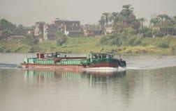 Старая традиционная баржа реки путешествуя через сельский ландшафт Стоковое Изображение