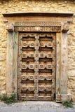 Старая традиционная выдержанная и высекаенная дверь Стоковая Фотография RF