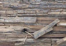 Старая треснутая деревянная текстура с темным отверстием Стоковая Фотография