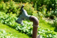 Старая труба клапана воды для воды в саде горячем Стоковая Фотография
