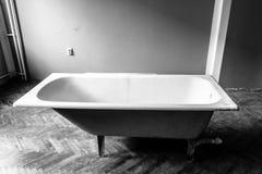 Старая трубка ванны, черно-белая стоковая фотография rf