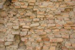Старая тяжело разрушенная красная кирпичная стена Текстура грубой поверхности стоковое фото rf