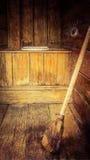 Старая уборная во дворе с веником Стоковое Изображение