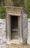 Старая уборная во дворе в город-привидении скалистой горы стоковое изображение