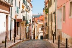 Старая узкая улица в Лиссабоне Взгляд Португалии Стоковые Изображения RF