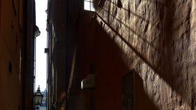 Старая узкая улица в центральном Стокгольме старый городок акции видеоматериалы