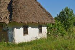 Старая украинская хата с белыми стенами стоковое фото rf