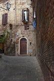 Старая улица в Сиене, Италии стоковые изображения rf