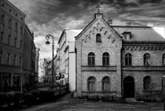 Старая улица в черно-белом Драматический винтажный стиль стоковые изображения