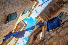 Старая улица в Kotor с одеждами проветривания Стоковые Фотографии RF