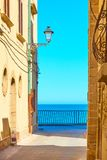Старая улица морем в Ortygia стоковые фото