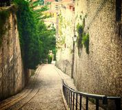 Старая старая улица покатая с лестницами в Spoleto Умбрии стоковая фотография rf