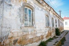 Старая улица с разрушанными домами и старое Windows стоковое изображение rf