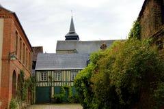 Старая улица gerberoy с его церковью стоковые изображения