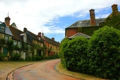 Старая улица gerberoy с зеленой природой стоковая фотография