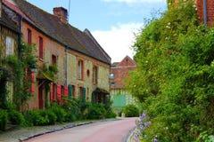 Старая улица gerberoy с зеленой природой стоковое фото