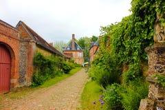 Старая улица gerberoy с зеленой природой стоковое изображение