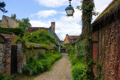 Старая улица gerberoy с зеленой природой стоковое фото rf