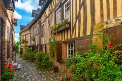 Старая уютная улица с исторической половиной timbered здания в красивом городке Honfleur, Франции стоковые фото