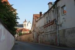 Старая улица городка в Вильнюсе, Европе стоковые фотографии rf