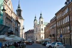 Старая улица городка с церковью Стоковое фото RF
