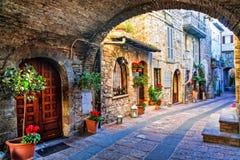 старая улица средневековых городков Италии, зоны Умбрии стоковые фотографии rf