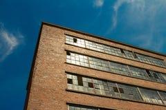 Старая фабрика в солнечном свете Стоковое Изображение RF