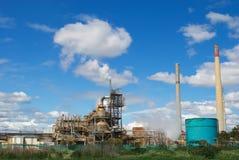 Старая фабрика под голубым небом Стоковое Фото