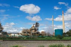Старая фабрика под голубым небом Стоковая Фотография RF