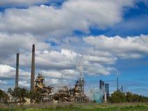 Старая фабрика под голубым небом Стоковое Изображение